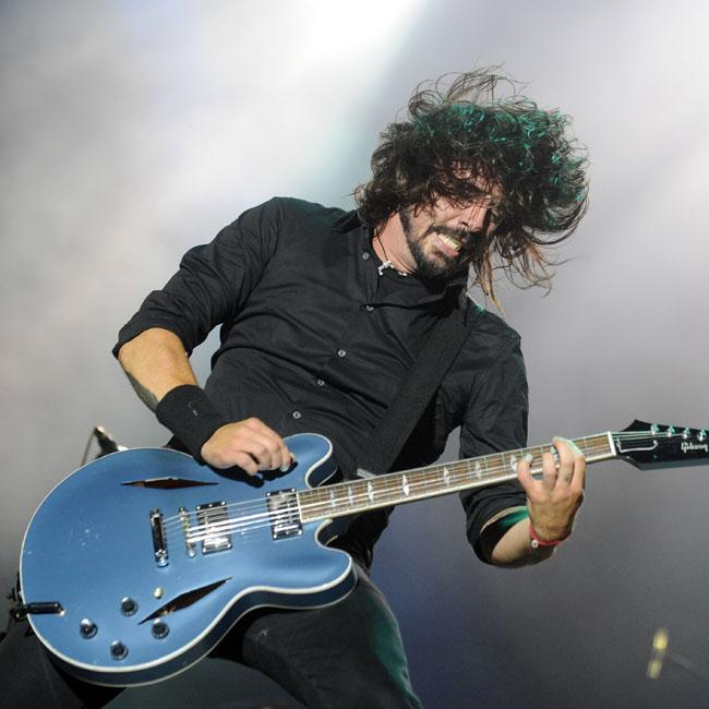 dave_grohl_returns_to_action_on_a_throne.jpg
