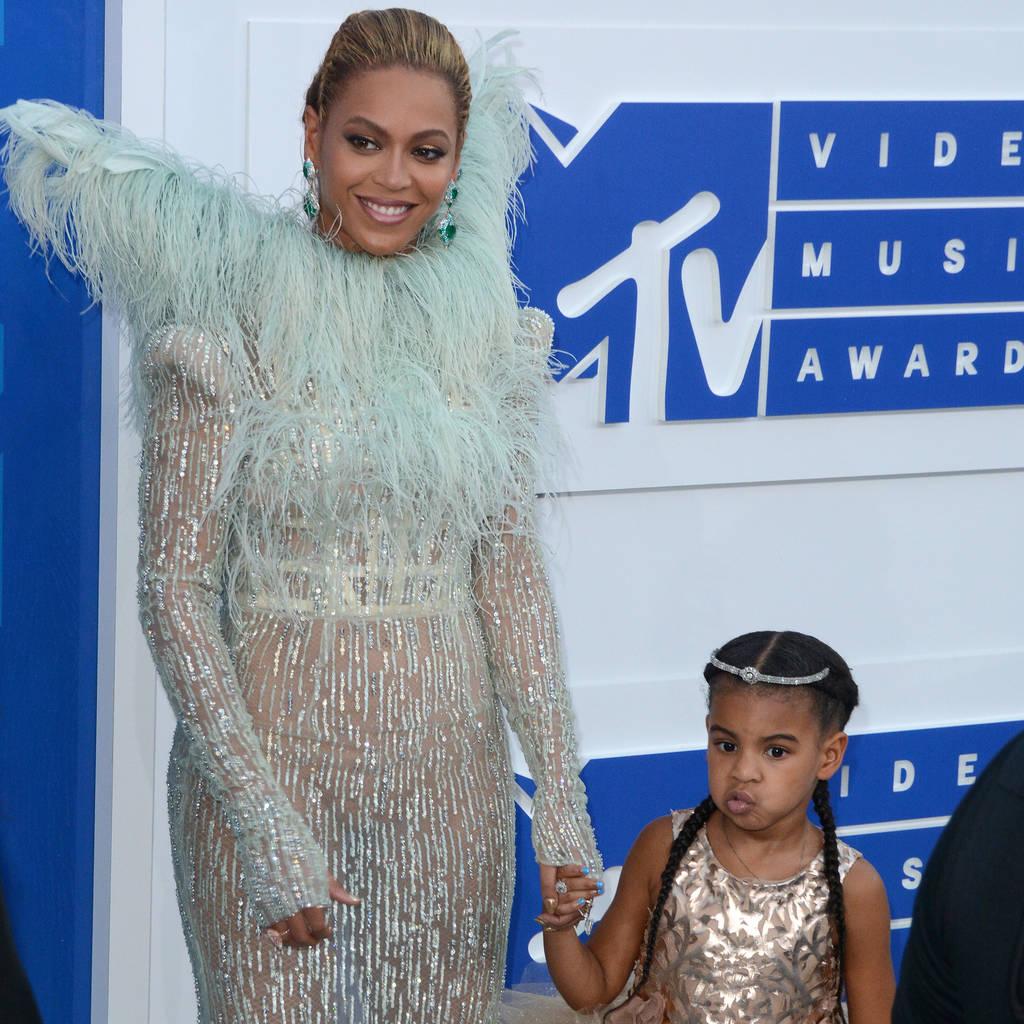 Beyonce and JAYZs daughter shows off rap skills on bonus